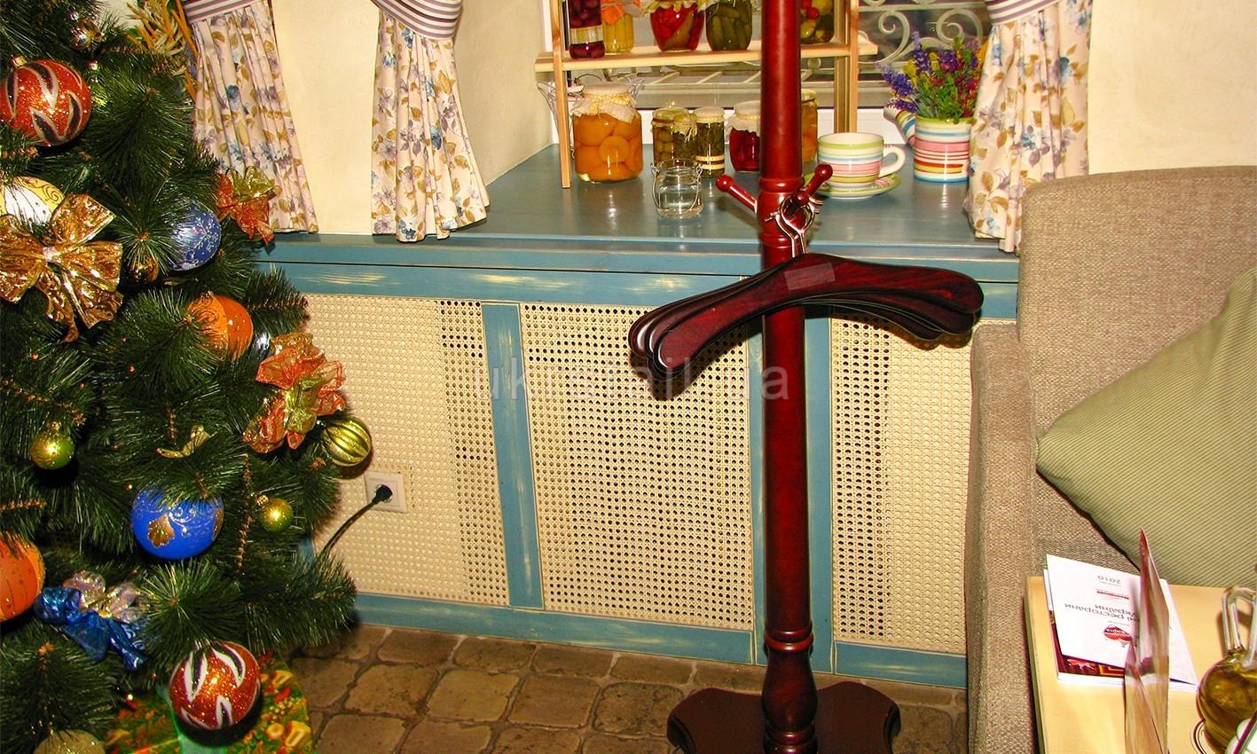 Деревянный подоконник и декоративная решетка 14