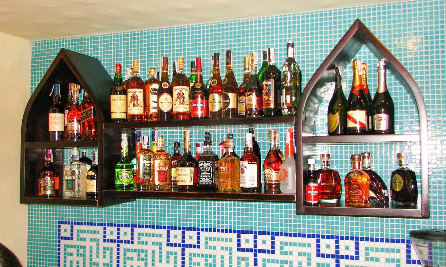 Полки за баром ресторана Тюбетейка Киев 03