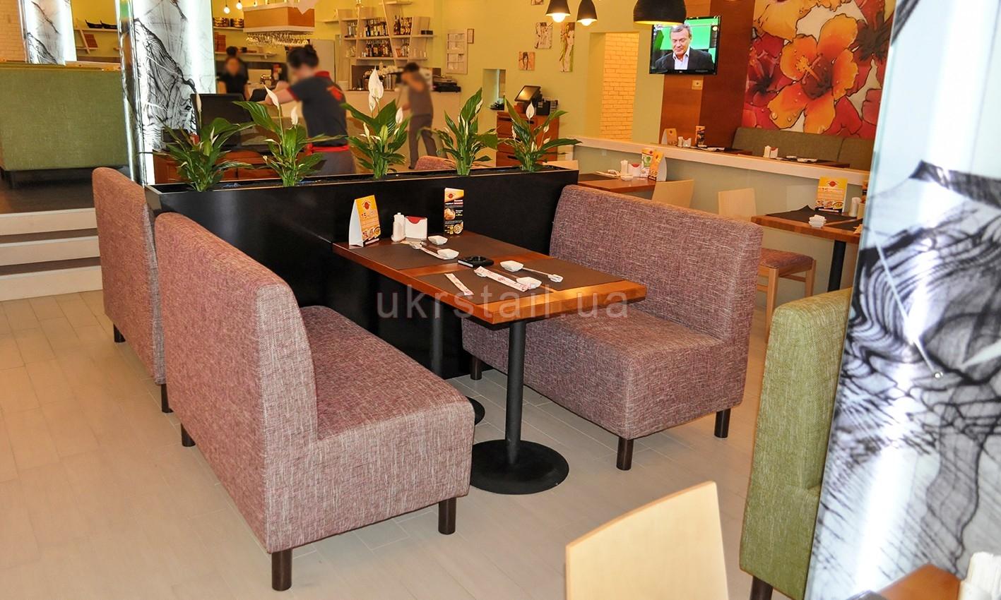 Диваны с подцветочником и столом ресторана Мураками Киев 01