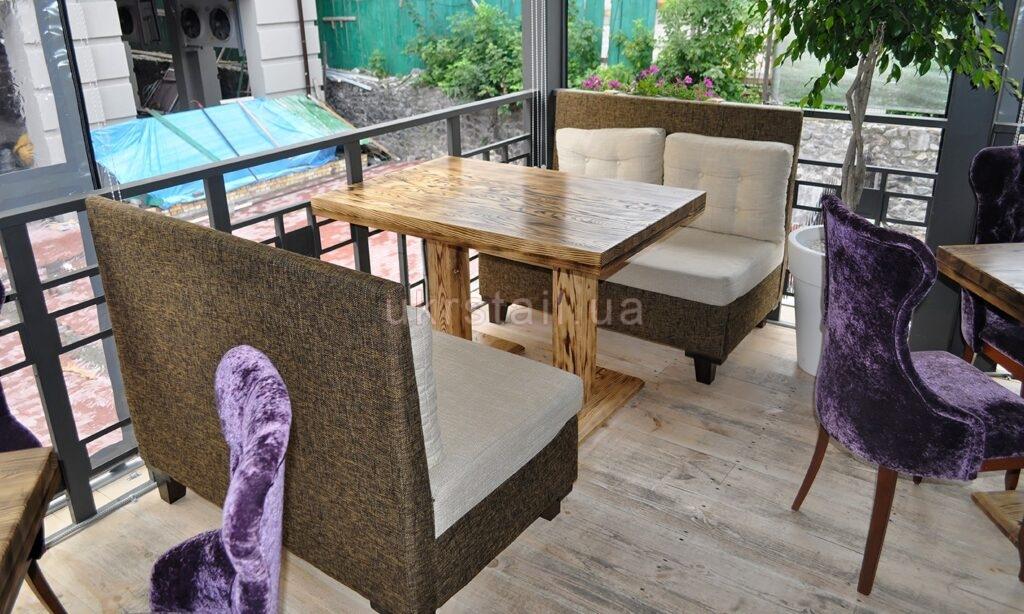 Стол и диваны ресторана TARANTINO на Сагайдачного 01